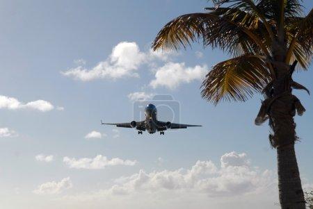 Photo pour L'avion de passagers atterrit à l'aérodrome - image libre de droit