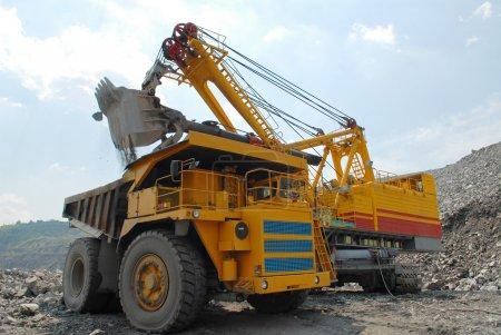 Photo pour Chargement de minerai de fer sur un très gros camion benne - image libre de droit