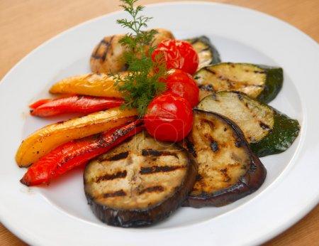 Photo pour Légumes frits sur un grill - image libre de droit