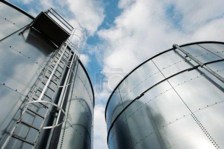 Photo pour Plan à angle bas de l'échelle et de la raffinerie de réservoirs . - image libre de droit