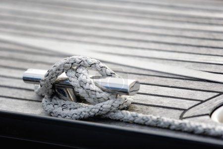Photo pour Ligoté avec un nœud dans une corde d'amarrage - image libre de droit