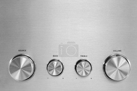 Photo pour Quatre boutons hifi gris isolés d'un amplificateur stéréo - image libre de droit