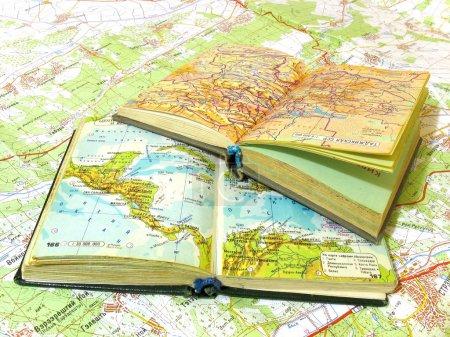 Photo pour Deux ouvert vieux livre atlas sur le plan de propagation - image libre de droit