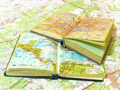 Otevřela dva staré knihy atlas