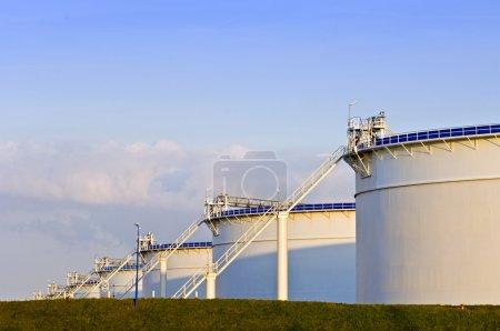 Photo pour Réservoirs d'huile dans la lumière du soir - image libre de droit