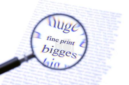Foto de Una lupa, hacer zoom sobre la letra del texto en una hoja de papel, rodeado por las letras más grandes. la aberración cromática de la lupa barato w - Imagen libre de derechos