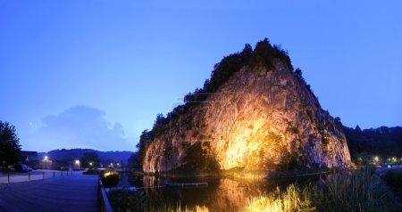 Photo pour La formation de roche massive, montrant les lignes géologiques pendant sa formation à durbuy, la plus petite ville d'europe dans la nuit - image libre de droit
