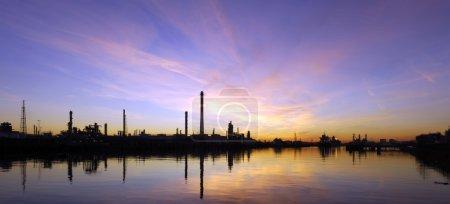 olej refinary na zachodzie słońca
