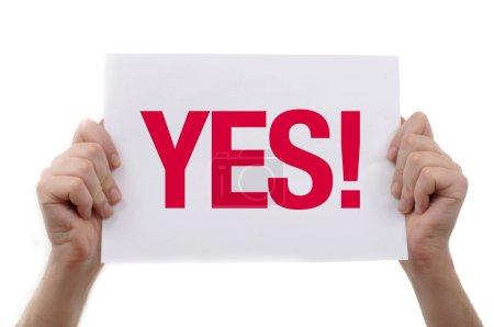 Photo pour L'homme tient un morceau de papier blanc vierge, image d'arrière-plan de présentation. - image libre de droit