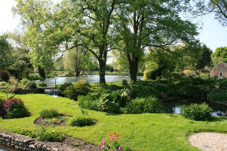 Photo pour L'été dans le jardin historique anglais - image libre de droit