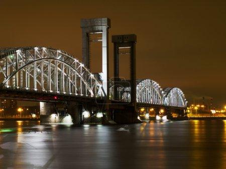 Photo pour Pont nocturne au-dessus de la rivière Neva à Saint-Pétersbourg, Russie - image libre de droit