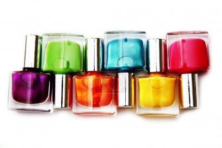 Photo pour Groupe de vernis à ongles de différentes couleurs sur fond blanc - image libre de droit
