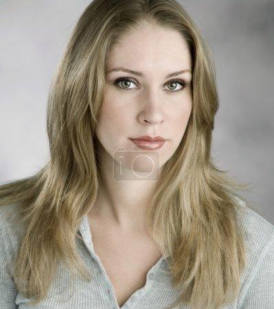 Photo pour Belle femme avec des expression confiante et décontractée, détendue - image libre de droit