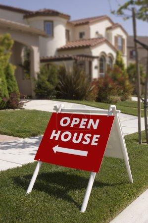 Photo pour Ouvrez le panneau de la maison, indiquant la nouvelle maison à regarder, le signe est mise au point nette tombe dans le fond - image libre de droit