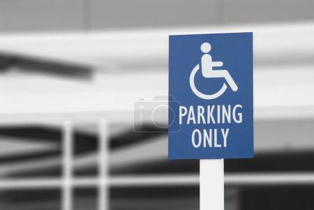 Photo pour Panneau de stationnement pour handicapés bleu de l'immeuble - image libre de droit
