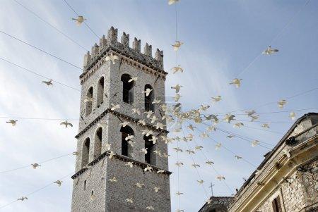 Photo pour La tour de la basilique d'Assis, juste après un événement, des colombes en plastique pendent de la tour - image libre de droit