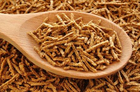 Photo pour Céréales de petit déjeuner de son blé sur la cuillère en bois - image libre de droit