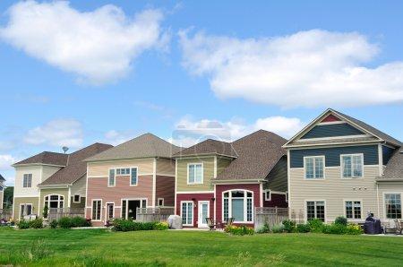 Photo pour Maisons de banlieue multicolores, immobilier, espace de copie - image libre de droit