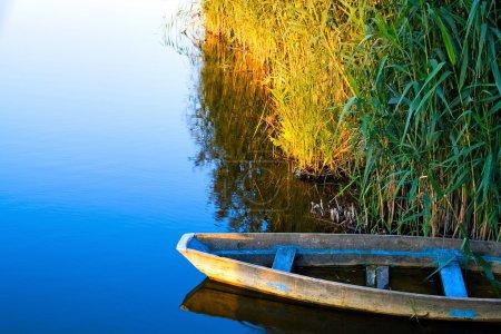 Photo pour Seul bateau sur l'eau calme - image libre de droit