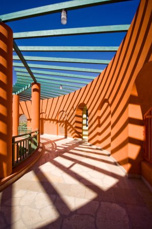 Game of shadows in architectural form