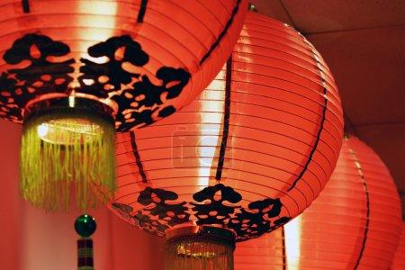 Photo pour Une rangée de lanternes chinoises comme décoration pour le nouvel an chinois - image libre de droit