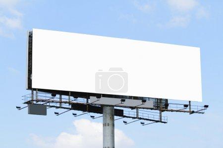Photo pour Un panneau d'affichage vide avec un ciel bleu - image libre de droit