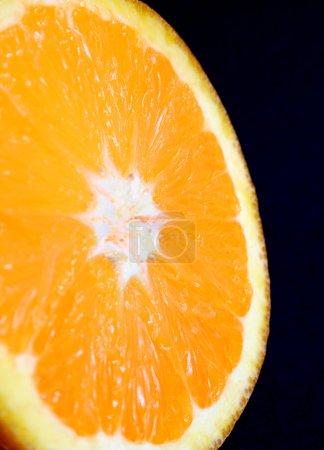 Photo pour Gros plan sur une tranche d'orange - image libre de droit