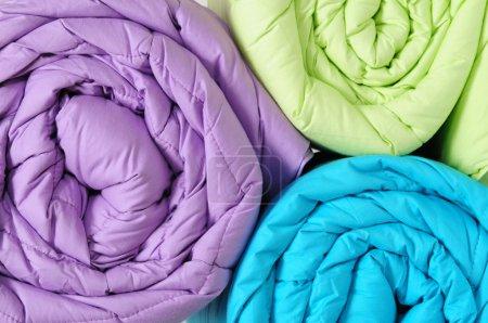 Photo pour Rouleaux de couette en plumes colorées . - image libre de droit