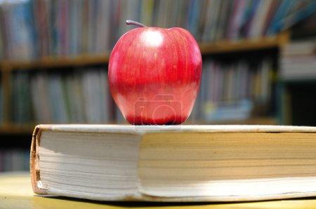 Photo pour Pomme rouge sur livre épais . - image libre de droit