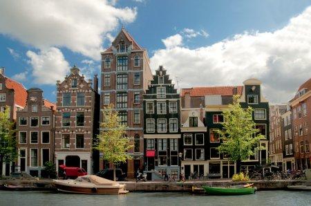 Photo pour Canaux d'Amsterdam et maisons typiques avec ciel clair de printemps - image libre de droit