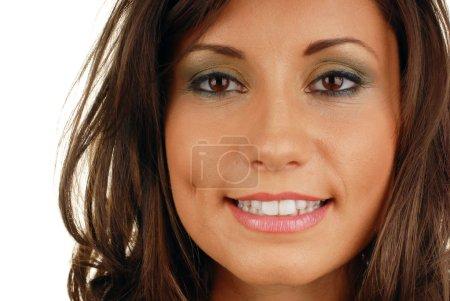 Photo pour Bouche de femme souriante séduisante avec grandes dents blanches - image libre de droit