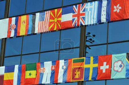 Photo pour Différents drapeaux de tous les continents sur la compétition sportive - image libre de droit