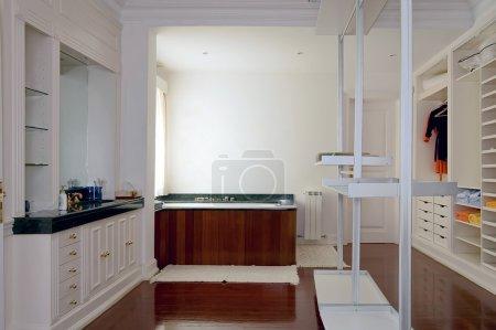 Photo pour Bain blanc moderne de luxe élégamment conçu - image libre de droit