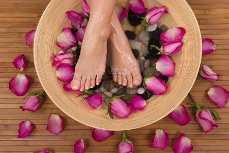 Photo pour Se faire dorloter par les belles roses roses aromatiques et bain thérapeutique de l'eau minérale - image libre de droit