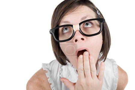 Photo pour Tourné d'une jolie fille geek avec la main sur la bouche bâillement - image libre de droit