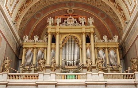 Photo pour Orgue à tuyaux à l'intérieur de la cathédrale d'esztergom, Hongrie - image libre de droit
