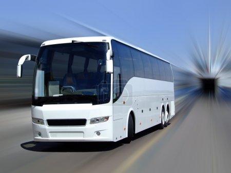 Photo pour Un bus de tournée blanc adossé à un fond flou de mouvement - image libre de droit