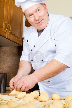 Photo pour Cuire des gâteaux à partir de pâte crue - image libre de droit