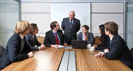 Photo pour Un chef d'entreprise et son équipe, discuter des stratégies d'affaires au cours d'une réunion du Bureau - image libre de droit
