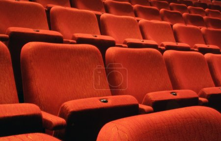 Photo pour Rangées de sièges de théâtre - image libre de droit