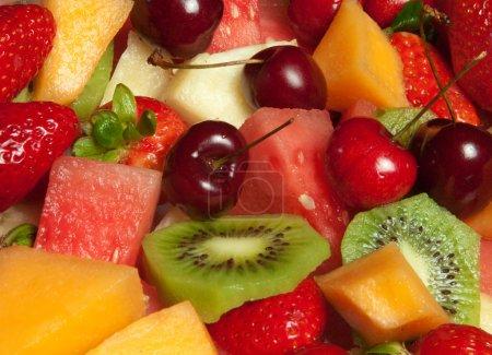 Photo pour Sélection de plateau de fruits frais délicieux - image libre de droit