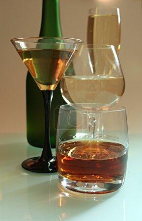 Photo pour Boissons d'alcool sur une table en verre - image libre de droit