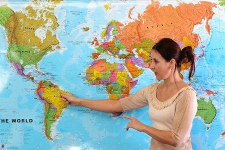 Photo pour Enseignant en salle de classe avant une carte - image libre de droit