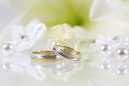 Photo pour Nature morte avec anneaux de mariage - image libre de droit
