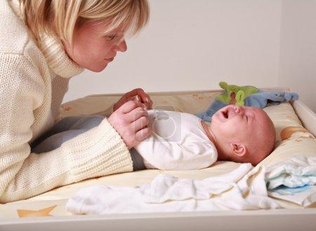 Photo pour Mère essayant de reposer son bébé - image libre de droit