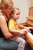 mère et fille jouent du piano