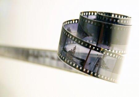 Photo pour Rouleau de film de diapositives développé avec des photos de monumets architercure sur fond blanc - image libre de droit