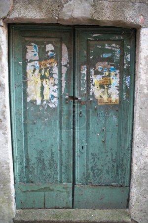 Photo pour Ancienne porte verte - image libre de droit