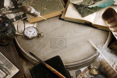 Foto de Arreglo de objetos de recuerdos familiares con libros y reloj de bolsillo. - Imagen libre de derechos