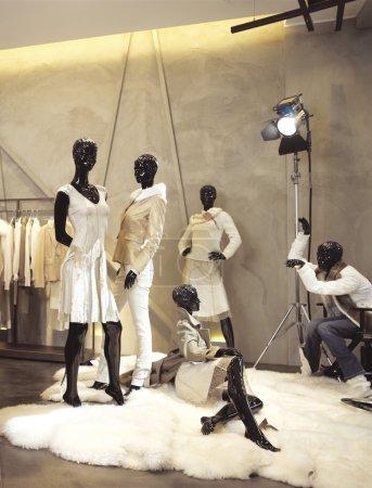 Photo pour Mannequin noir dans la boutique sur le soufflet - image libre de droit